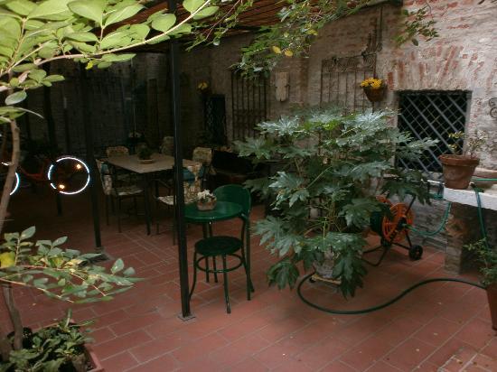 Locanda Borgonuovo B&B: le petit jardin