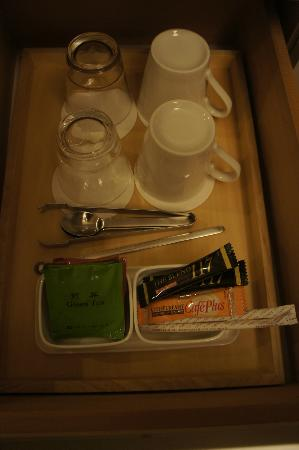 Haneda Excel Hotel Tokyu: Assorted tea bags/instant coffee