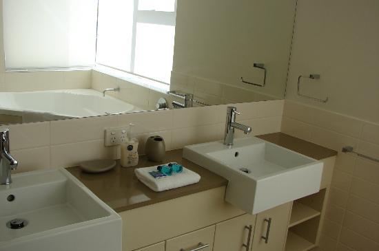 Aspire on Kings Holiday Apartments: Standard bathroom