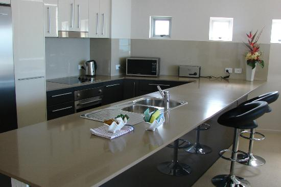 Aspire on Kings Holiday Apartments: Kitchen
