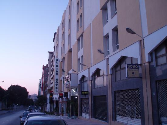 Hotel el-Biar: ホテル前の通り坂を下るとちょとした商店街