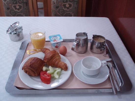 Hotel el-Biar: 朝食はフランス式、卵料理は注文できる。