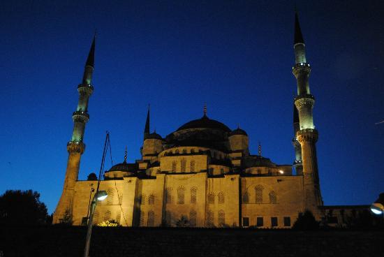 Hotel Sebnem : Mosque at dusk