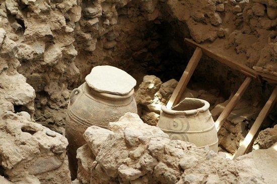 Akrotiri Archaeological Site : Jars