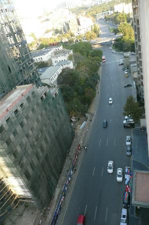 Caspian Palace: Strasse vor dem Gebäude