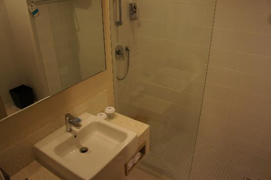 Ibis Styles Bali Benoa: bathroom