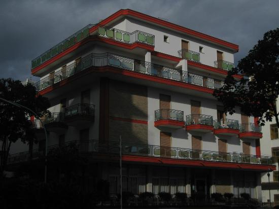 Hotel Capitol: соседний отель-через дорогу