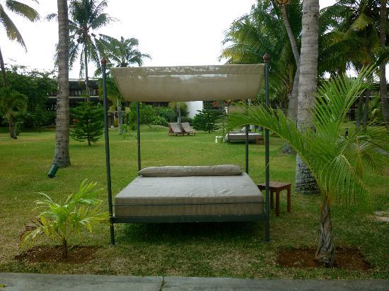 Sofitel Mauritius L'Imperial Resort & Spa: аккуратнее, навес пропускает солнце, я сгорел