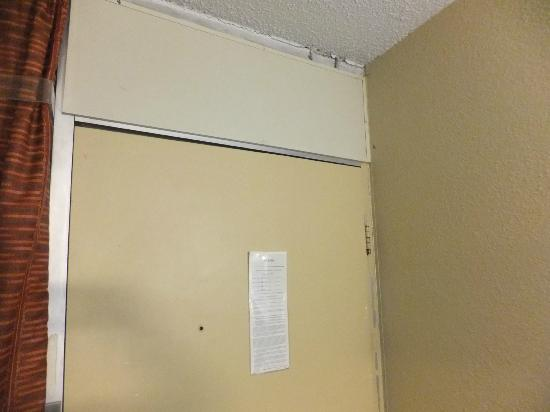 Days Inn Blacksburg: Bugs hanging from ceiling