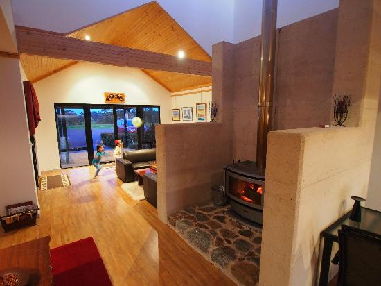Sensational Heights Bed and Breakfast: The fireplace and reception area