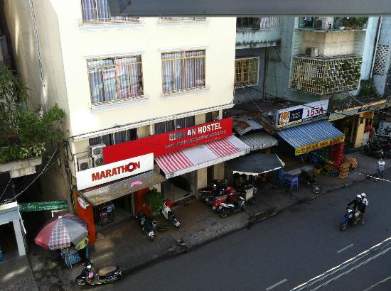 Meraki Hotel: Day view of Binh An Hostel opposite the hotel