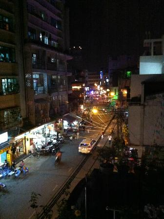 Meraki Hotel: Night street view from Deluxe Room