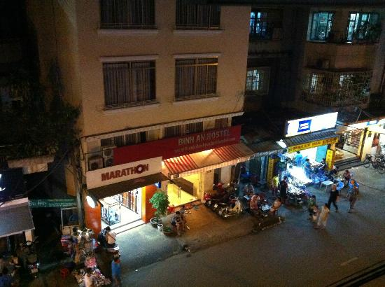 Meraki Hotel: Night view of Binh An Hostel opposite the hotel