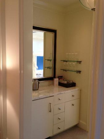 The Beverly Hills Hotel: 24C bar area between bedroom and bathroom