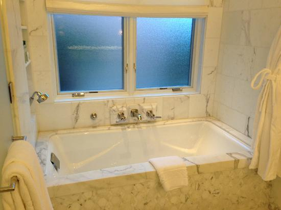 The Beverly Hills Hotel: 24C bath tub