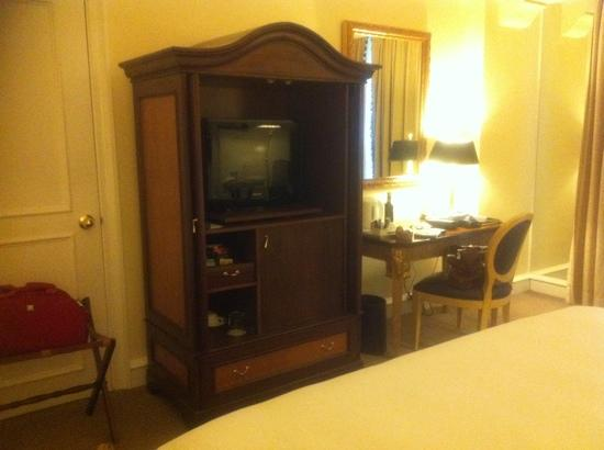 Hotel Gran Mahakam Jakarta: TV cabinet, fridge & writing table