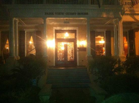 Park View Historic Hotel and Guest House: the entrance at night