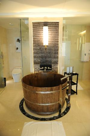 Banyan Tree Macau: Bath tube