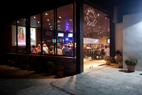 Lithos Bar & Grill: Lithos entrance at night