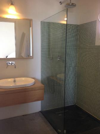 Kamaroti Suites Hotel: shower with great water pressure