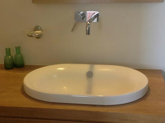 Kamaroti Suites Hotel: Modern bath fixtures