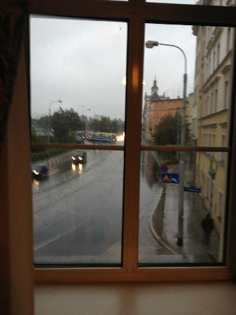 Best Western Prima Hotel Wroclaw: Photo from Living Room. A little rain that day.