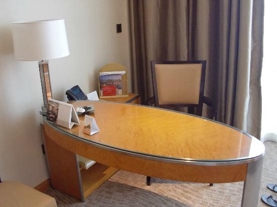 Al Raha Beach Hotel: You own desk