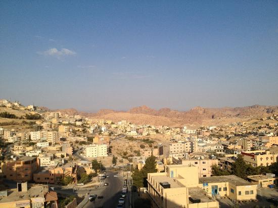 Seven Wonders Hotel: Vue sur Wadi Musa depuis la terrasse de l'hôtel