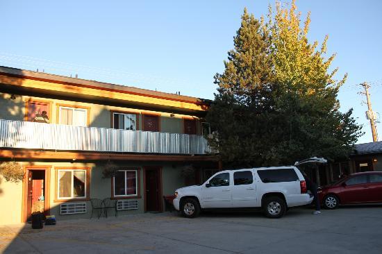 Moose Creek Inn: Vue du parking à proximité des chambres