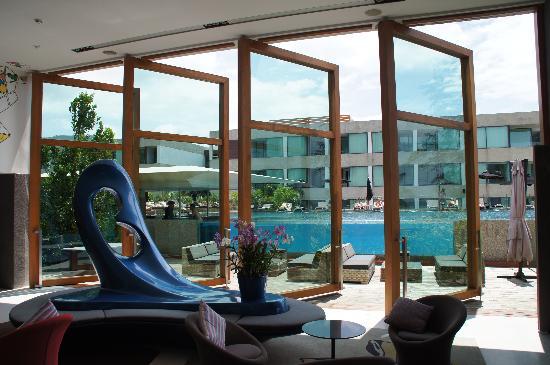 B-Lay Tong Phuket: Ausblick von Lobby auf Pool