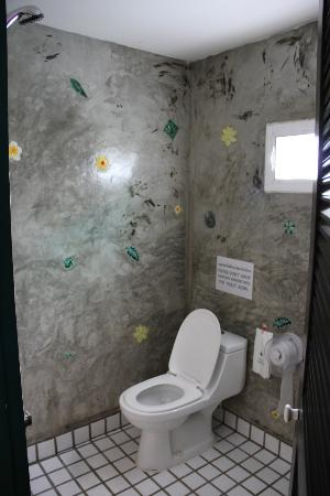 Top Garden Boutique Guesthouse: Wet room style bathroom, shiny concrete walls