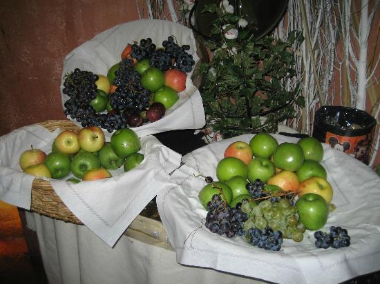 Agrabah Cafe: Fresh fruit display.