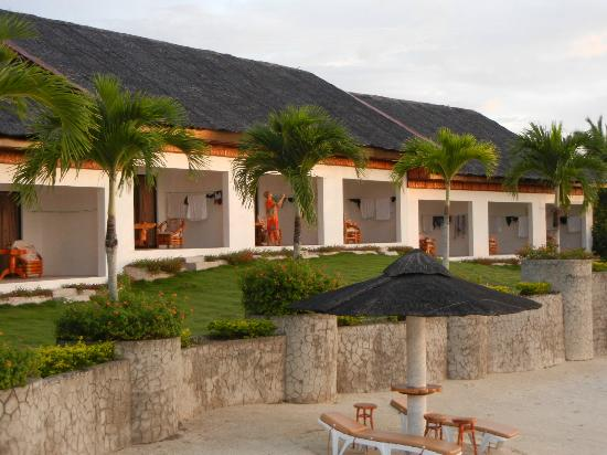 Kasai Village Dive & Spa Resort: View of the rooms from the back, ocean side