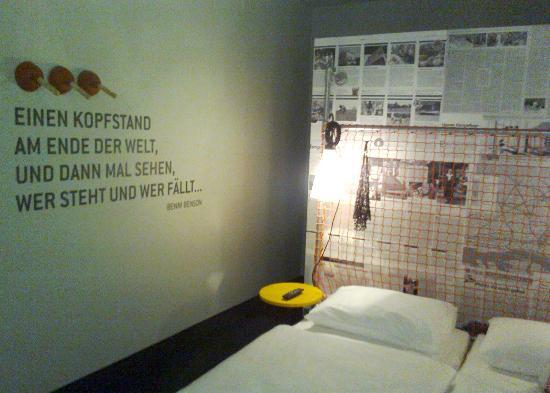 unser zimmer mit spruch an der wand und tornetz als r ckenlehne picture of superbude hotel. Black Bedroom Furniture Sets. Home Design Ideas