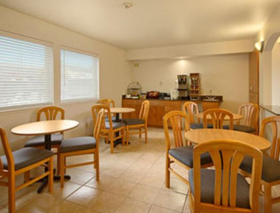 Super 8 Cloverdale: Breakfast Area