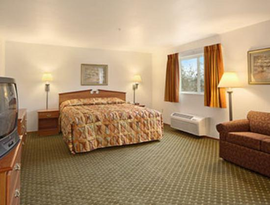 Super 8 by Wyndham Cloverdale: Jacuzzi Suite