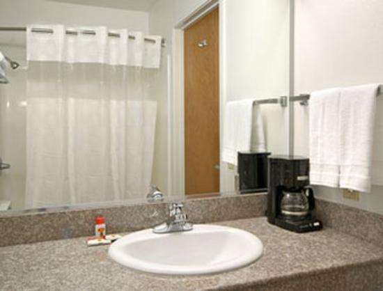 Super 8 by Wyndham Cloverdale: Bathroom