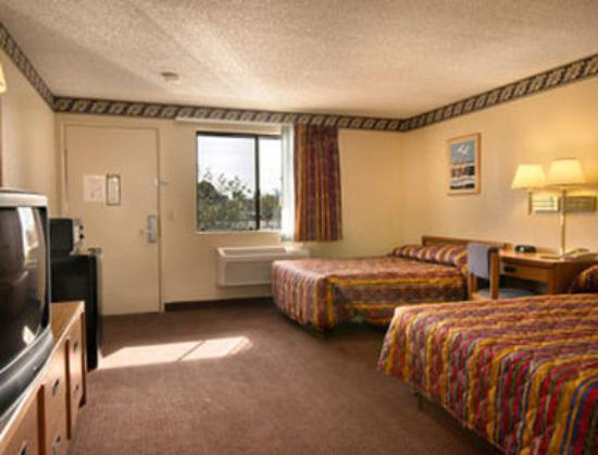 Knights Inn Madera: Two Queen Bed Room with Micro/Fridge