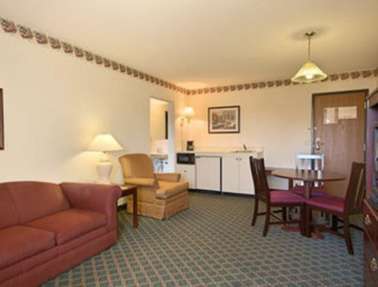 Travelodge Hudsonville: Suite with Kitchenette