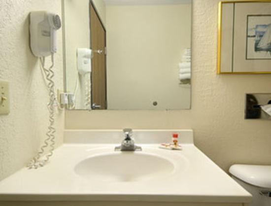 Travelodge Hudsonville: Bathroom