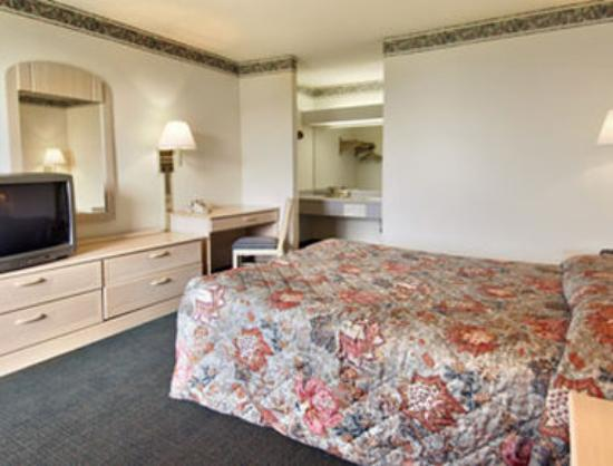 Super 8 Commerce: Standard Queen Bed Room