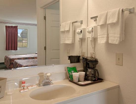 Super 8 Talladega AL: Bathroom