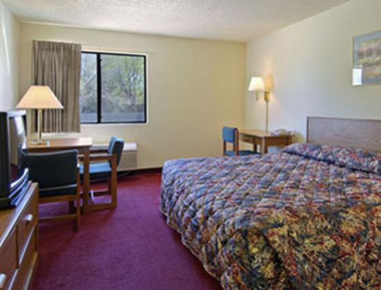 Super 8 Waxahachie TX: Standard King Bed Room
