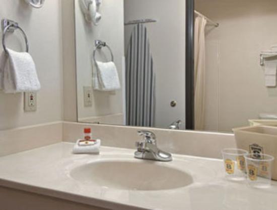 Super 8 Waxahachie TX: Bathroom