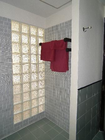 Krabi La Playa Resort: Wetroom