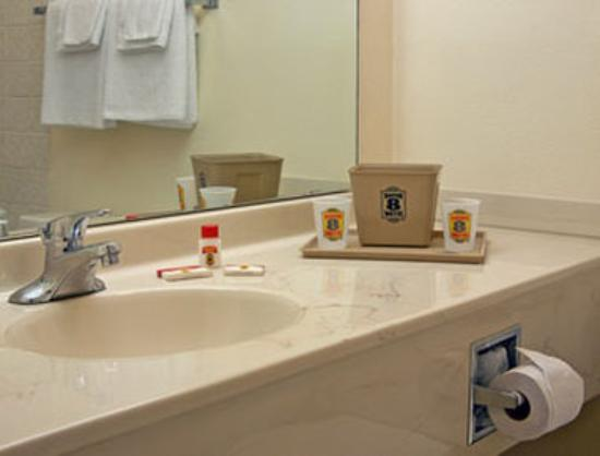 Super 8 Wooster: Bathroom