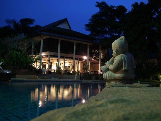 Krabi La Playa Resort: Night view of restaurant