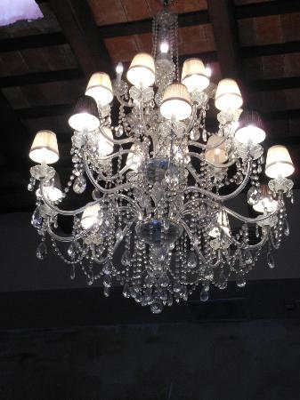 Villa Herencia: Gorgeous chandelier of the dining room