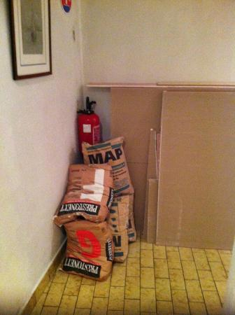 Hotel Exelmans: Couloir stockage