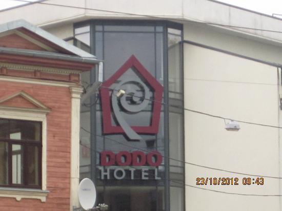 Dodo Hotel: Hotel logo gezien vanaf de hoek bij de tramhalte.
